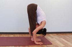 <span>3.</span>息を吐きながら両腕を伸ばすようにしながら体を前に倒して手のひらを床につけ、手と足の指先を横一線にそろえ前屈。(手が届かなければ膝を曲げてもよい)